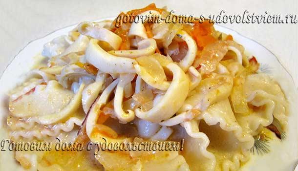 кальмары с овощами в сметанном соусе