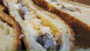 Пирог из слоеного дрожжевого теста с форелью и грибами