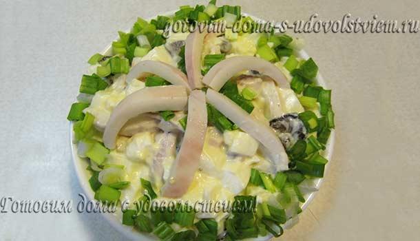 Салат с кальмарами и жареными грибами