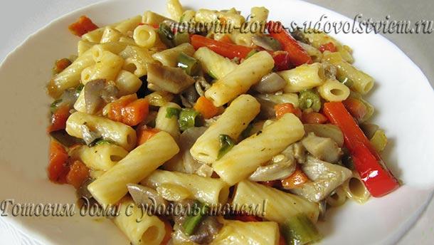 Макароны с овощами и грибами