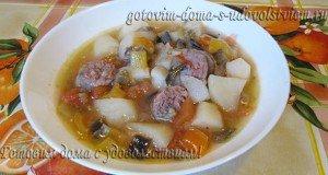 картофель тушеный с овощами и колбасками-гриль