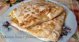 Лаваш с сыром и зеленым луком на сковороде
