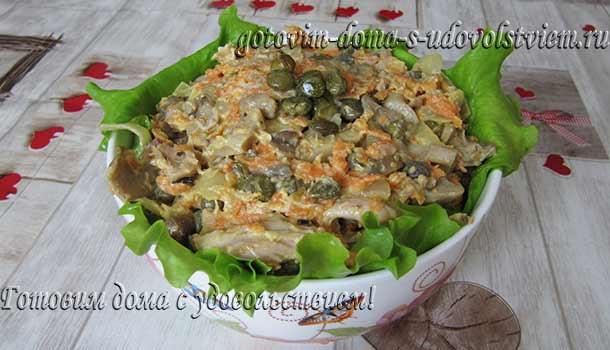 салат-из-курицы-и-грибами-и-солеными-огурцами