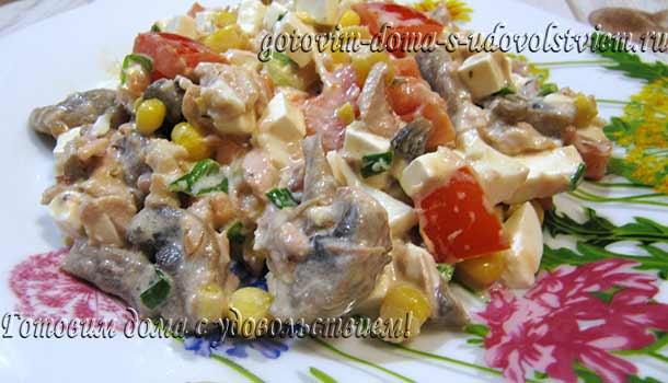 салат-с-курицей-грибами-и-помидорами