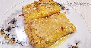 блинчики с творожной начинкой, ванильным соусом и орехами