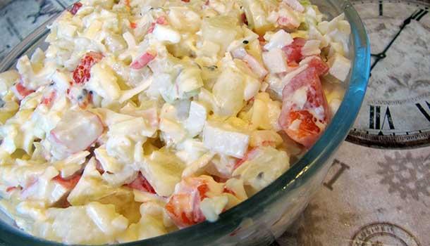 салат с ананасами, крабовыми палочками и сыром