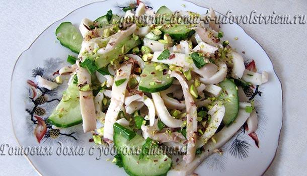 легкий салат с кальмарами и свежим огурцом