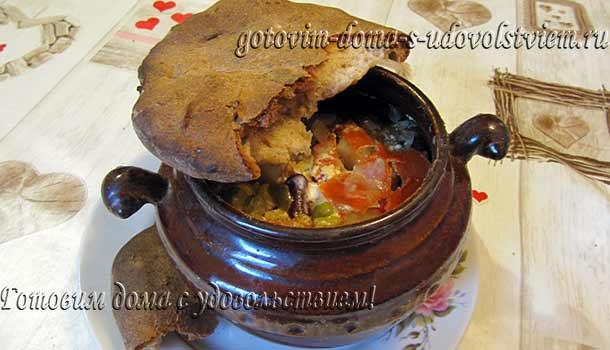 свинина с картошкой в горшочке с хлебной крышкой