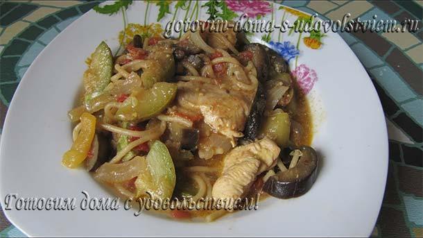 как вкусно приготовить тушеную курицу с жареными макаронами и овощами